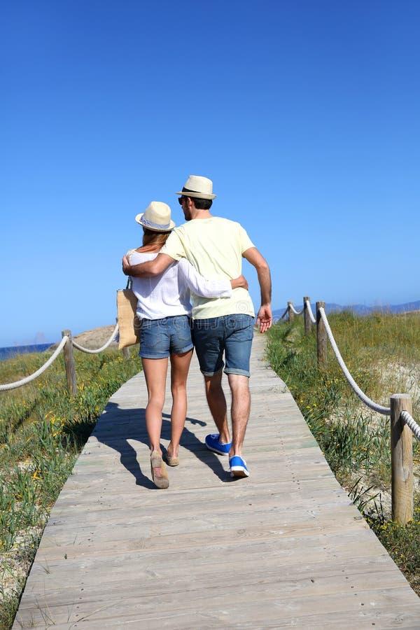 Junte caminar en el pontón de madera que va a la playa fotografía de archivo libre de regalías