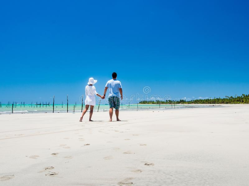 Junte caminar a lo largo de la playa con la opinión sobre un día de verano fotografía de archivo