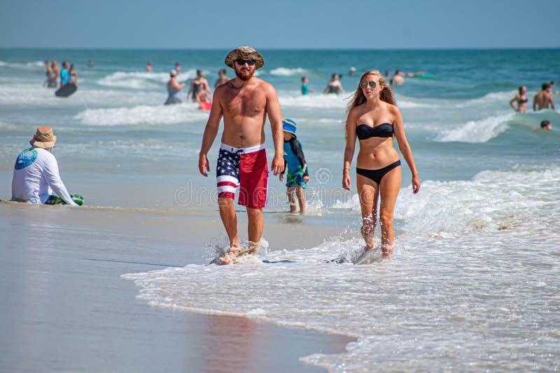 Junte caminar y disfrutar de día soleado en la playa 1 fotos de archivo
