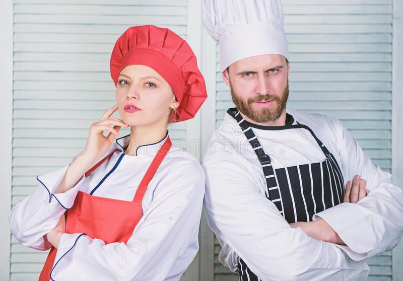 Junte cocinar la cena Cena deliciosa de la familia Pares de las razones que cocinan junto El cocinar con su c?nyuge puede fotografía de archivo