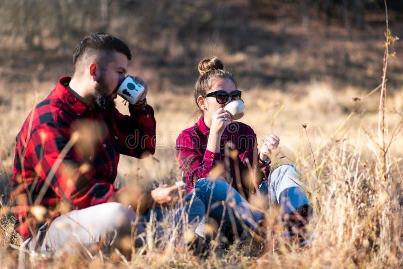 Junte comer una taza de café al aire libre foto de archivo libre de regalías