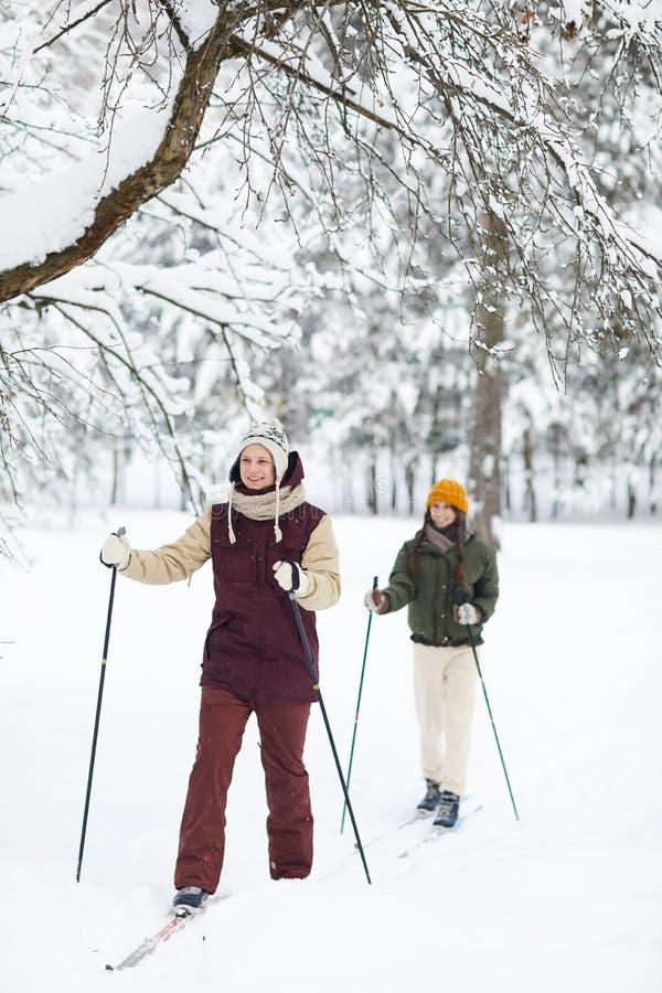 Junte disfrutar del esquí imagen de archivo libre de regalías