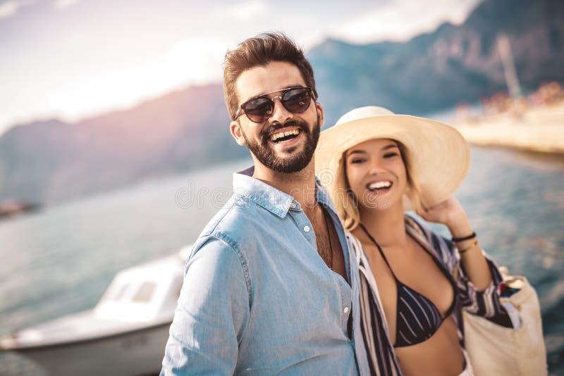 Junte disfrutar del tiempo de verano por el mar imagen de archivo libre de regalías