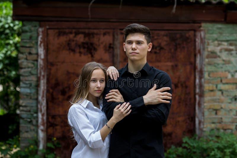Junte el abrazo de la chica joven y del muchacho blando imagen de archivo