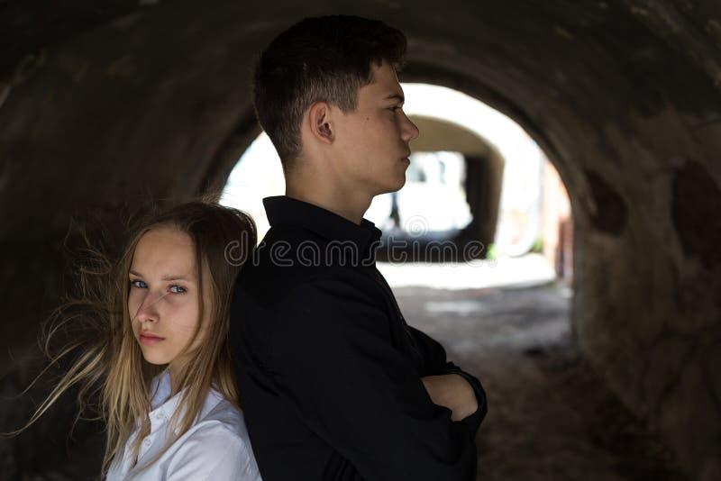 Junte el abrazo de la chica joven y del muchacho blando fotografía de archivo libre de regalías