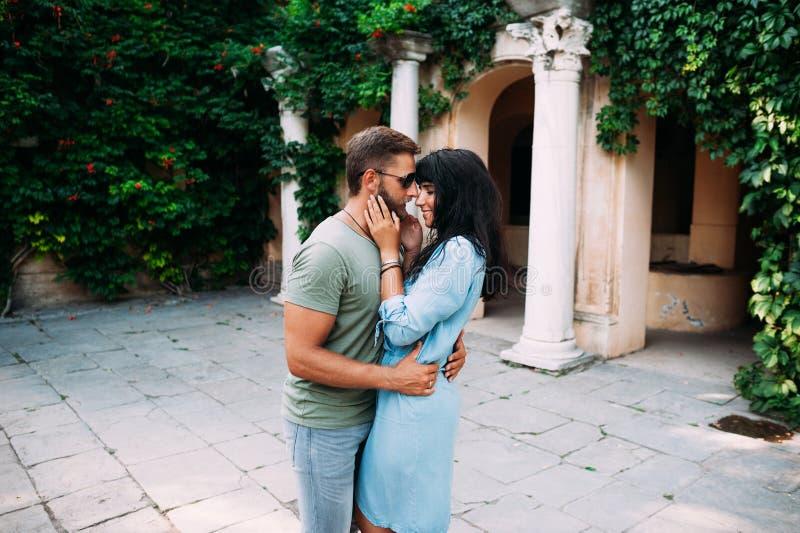 Junte el abrazo, recienes casados en la luna de miel, felicidad de las relaciones foto de archivo