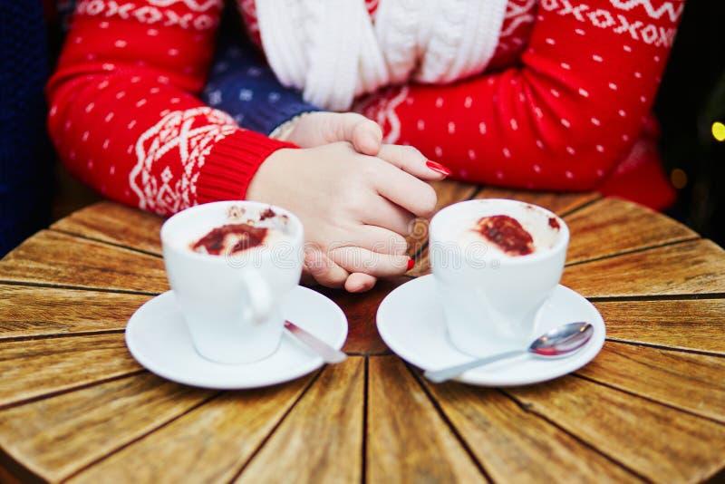Junte el café de consumición en café y las manos el sostenerse fotografía de archivo