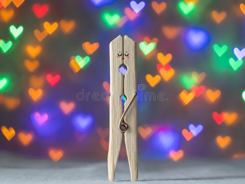 Junte el dulce de la pinza de madera para el día del amante de la tarjeta del día de San Valentín imagen de archivo
