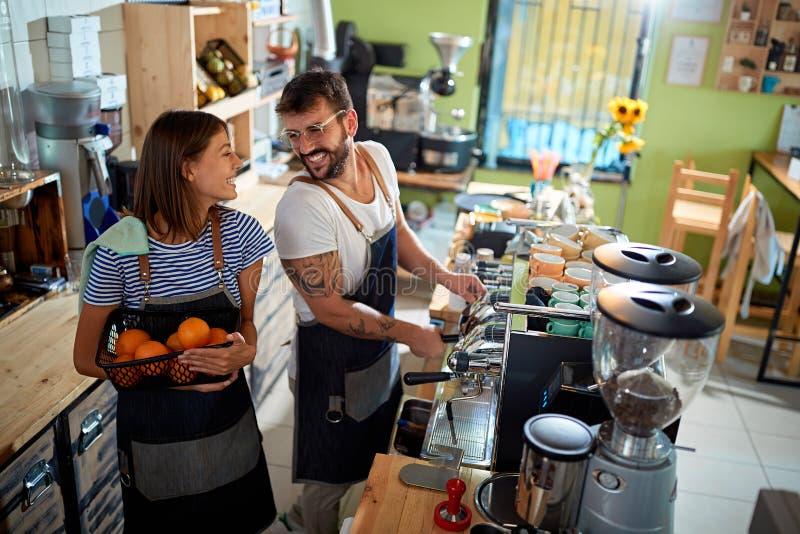 Junte el funcionamiento del barista en la cafetería imagenes de archivo