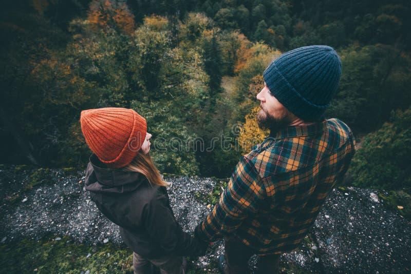 Junte el hombre y a la mujer en el amor que se coloca en el puente imagen de archivo libre de regalías