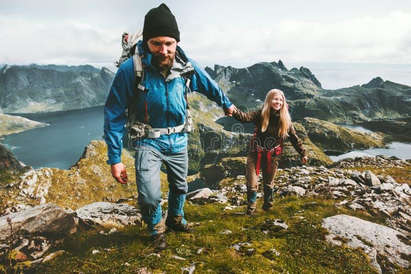 Junte el hombre y a la mujer que llevan a cabo caminar de los viajeros de las manos imágenes de archivo libres de regalías