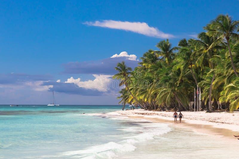 Junte el paseo en la playa tropical de la isla con el cielo soleado perfecto fotografía de archivo