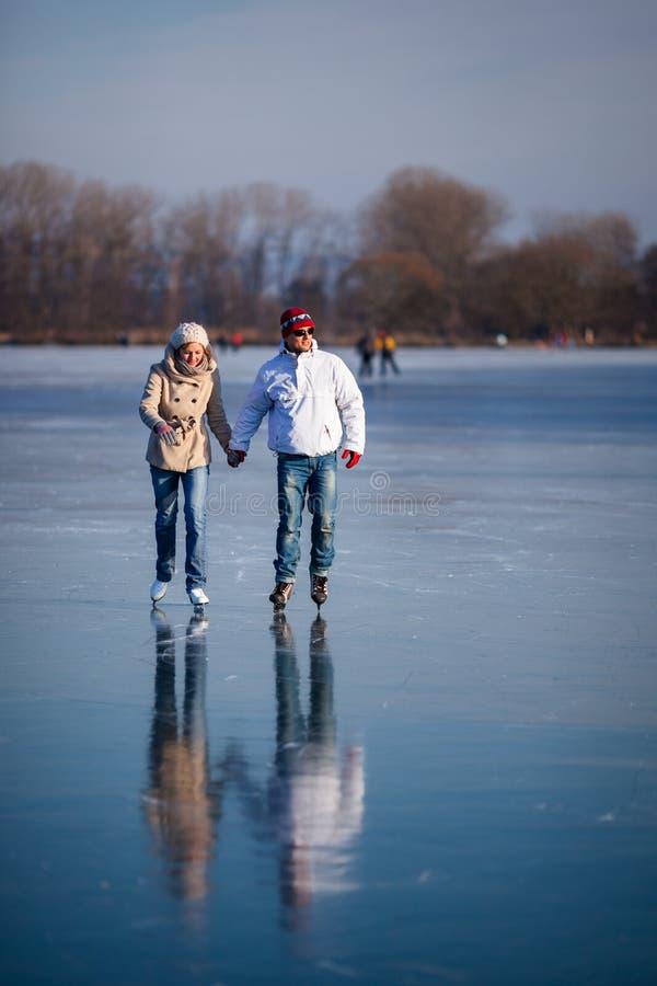Junte el patinaje de hielo al aire libre en una charca fotos de archivo libres de regalías