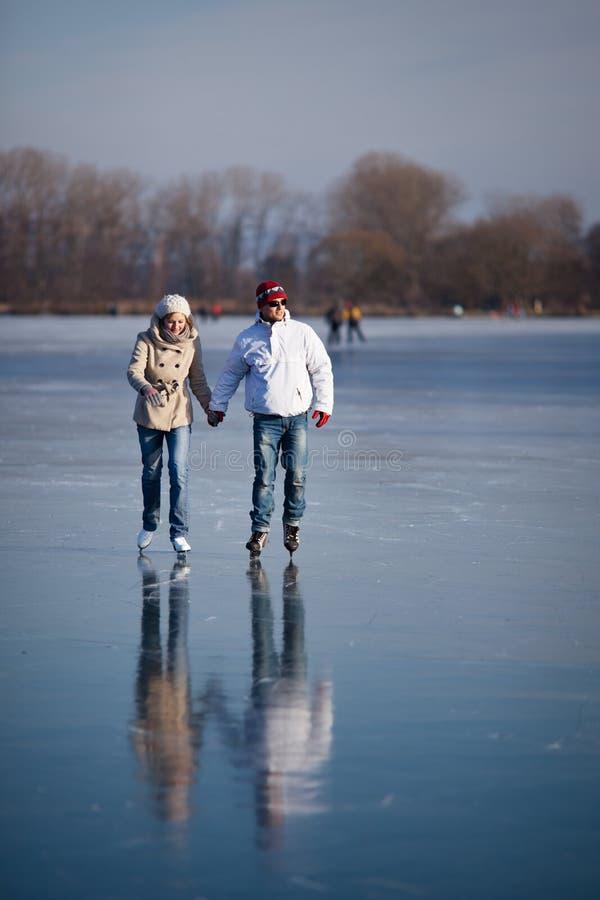 Junte el patinaje de hielo al aire libre en una charca imagen de archivo