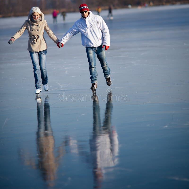 Junte el patinaje de hielo al aire libre en una charca fotografía de archivo