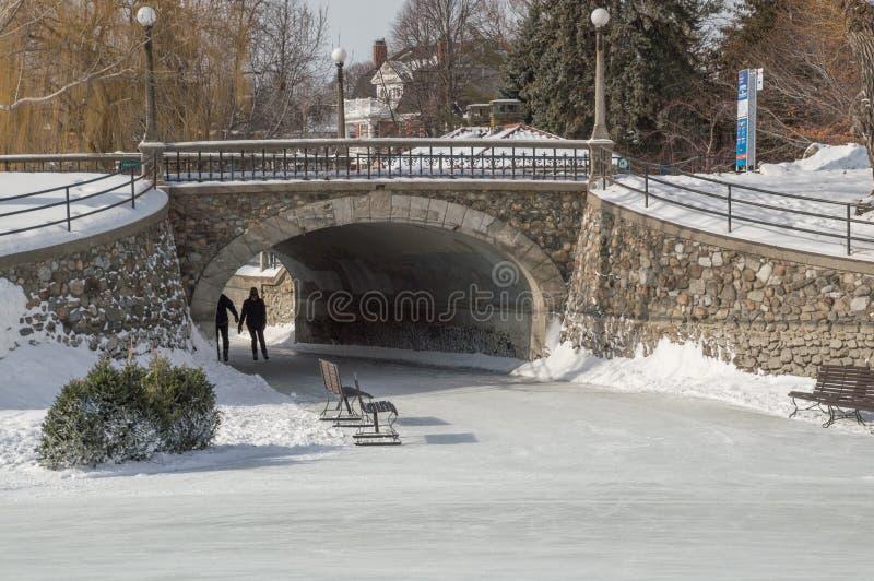 Junte el patinaje de hielo en el canal de Rideau, Ottawa para Winterlude imágenes de archivo libres de regalías