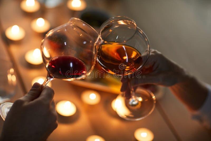 Junte el primer de consumición del vino imagen de archivo