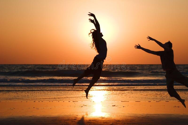 Junte el salto en el fondo del lago en la puesta del sol foto de archivo libre de regalías