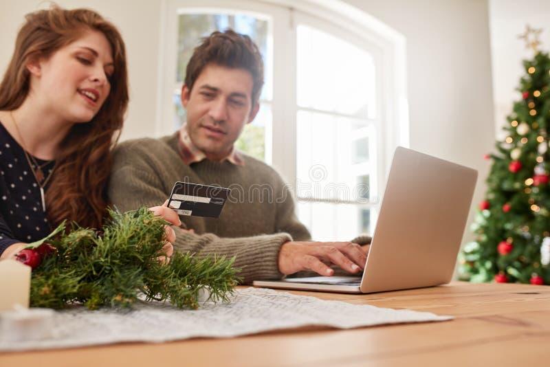 Junte hacer compras en línea con la tarjeta de crédito para la Navidad foto de archivo libre de regalías