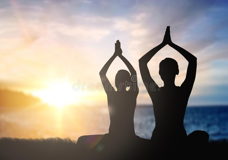 Junte hacer yoga en actitud del loto sobre puesta del sol ilustración del vector