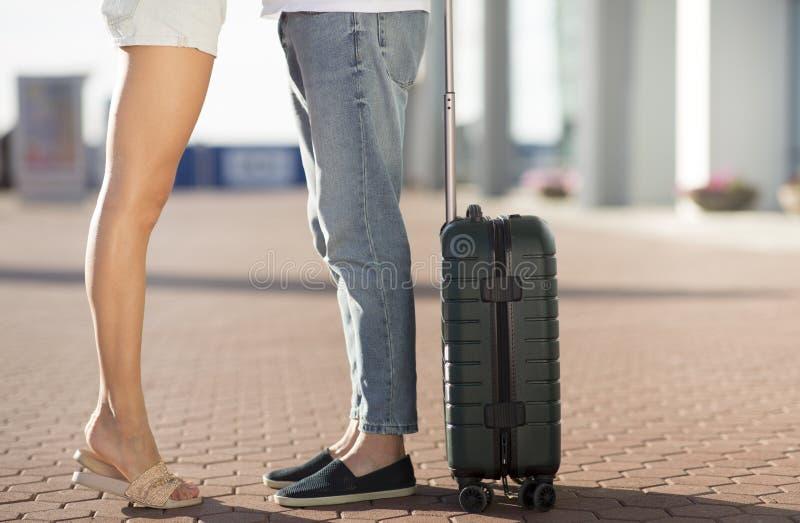 Junte huging y besarse en aeropuerto por la mañana imagenes de archivo