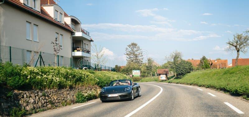 Junte la conducción rápidamente en su convertible negro de Porsche foto de archivo
