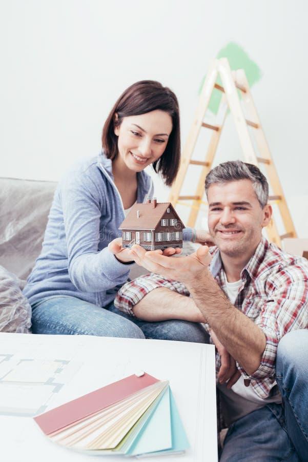 Junte la construcción de su casa ideal imagen de archivo