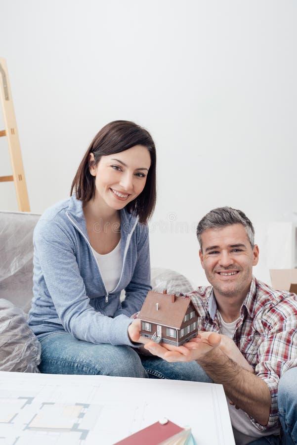 Junte la construcción de su casa ideal imagenes de archivo