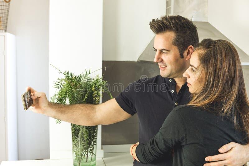 Junte la fabricación de un selfi que se besa y que sonríe Amor y romance entre el hombre y la mujer imagen de archivo