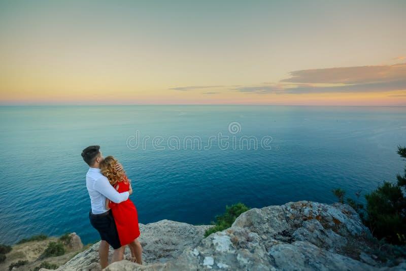 Junte a la familia que viaja junto en el borde del acantilado en aéreo al aire libre de las vacaciones de verano del concepto de  imagen de archivo