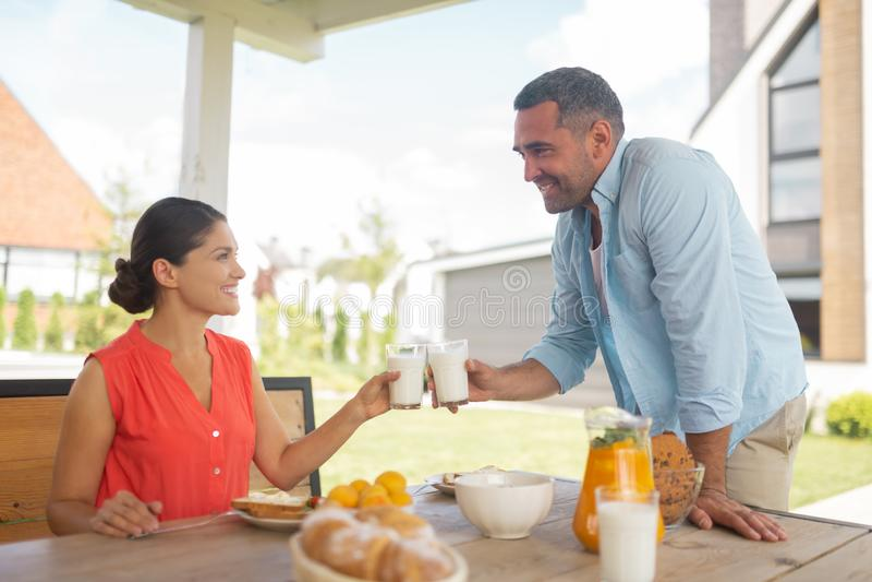 Junte la leche de consumo por la mañana que desayuna afuera imagen de archivo libre de regalías