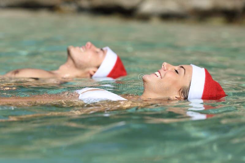 Junte la natación en la playa el días de fiesta de la Navidad foto de archivo libre de regalías