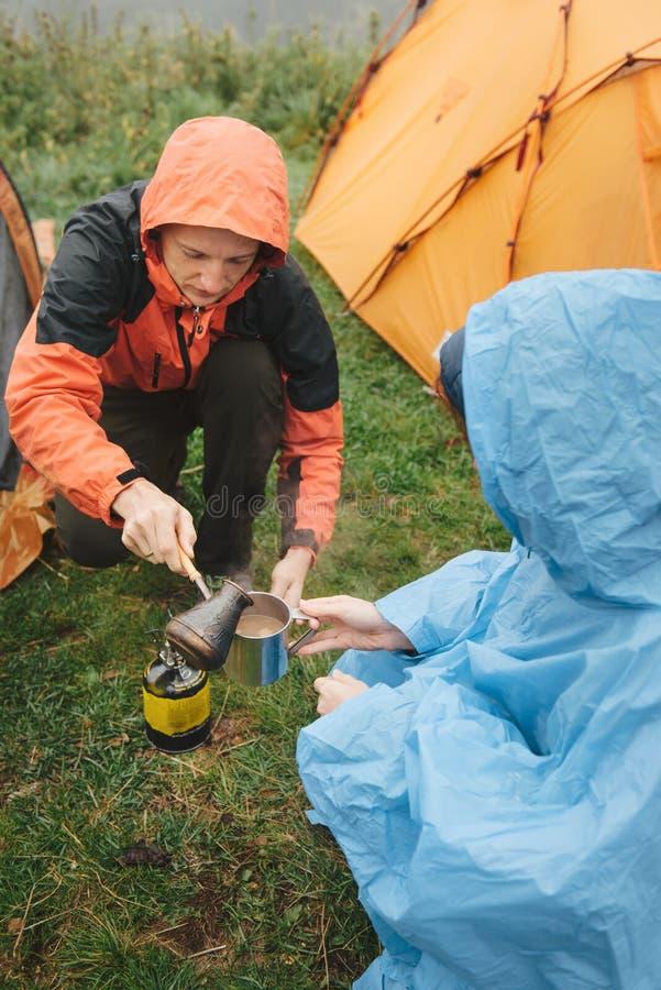 Junte la preparación del café fresco mientras que camina y acampa imagen de archivo libre de regalías