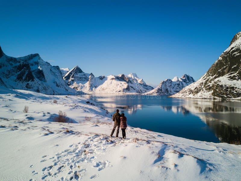 Junte la presentación en las montañas de las islas de Lofoten Reine, Noruega imágenes de archivo libres de regalías
