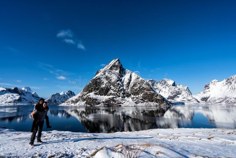 Junte la presentación en las montañas de las islas de Lofoten Reine, Noruega foto de archivo