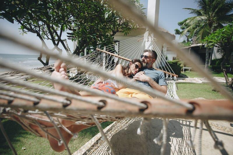 Junte la relajación en una hamaca por la playa foto de archivo