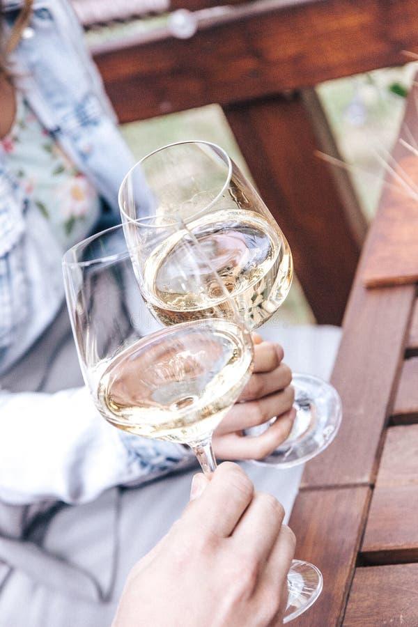 Junte las alegrías con el vino blanco foto de archivo libre de regalías