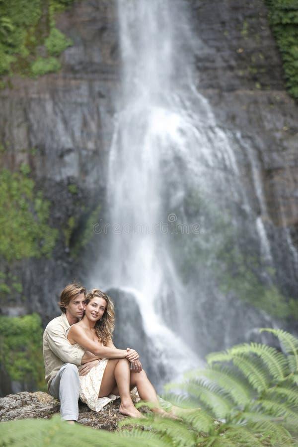 Junte las cascadas que se sientan imagen de archivo