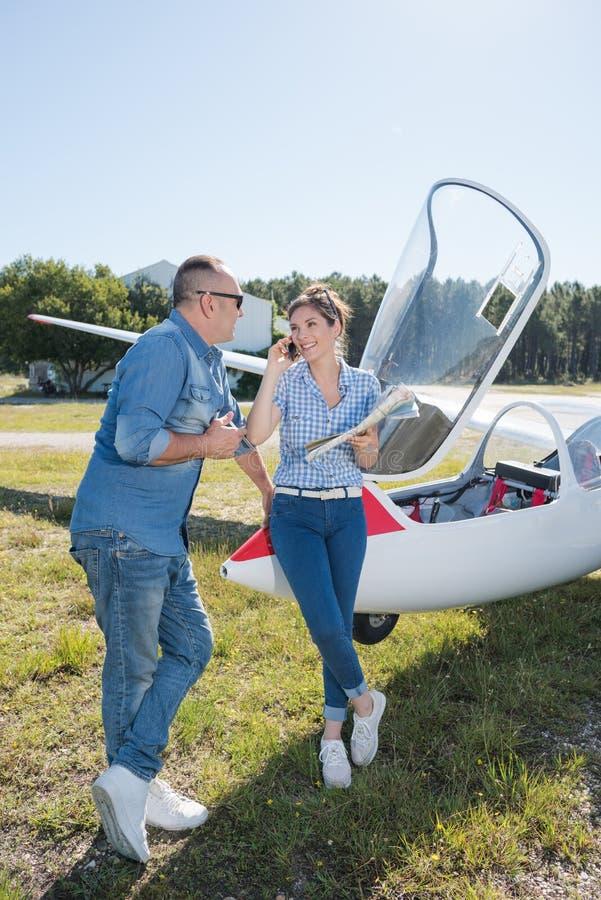 Junte a los amantes que tienen resto durante la excursi?n del aeroplano de la carta fotografía de archivo libre de regalías