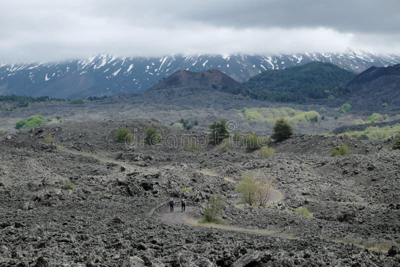 Junte a los caminantes en la trayectoria a los conos extintos de la escoria debajo del cono volcánico majestuoso de Etna Mount qu foto de archivo