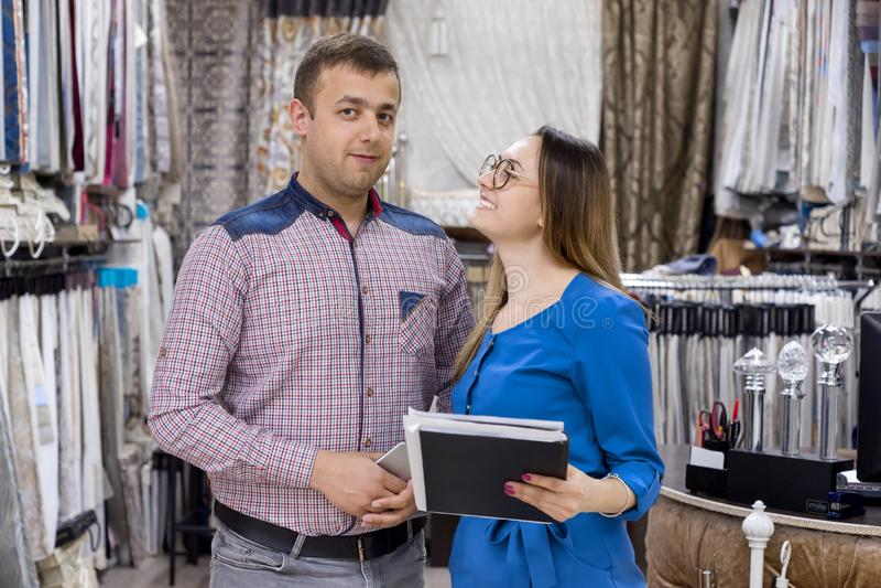 Junte a los dueños de las telas de la tienda para las cortinas y los socios presentando, telas interiores del interior, del homb fotos de archivo libres de regalías