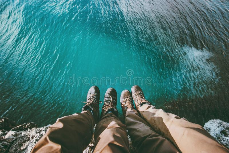 Junte los pies sobre el mar en amor del acantilado y viaje imagenes de archivo