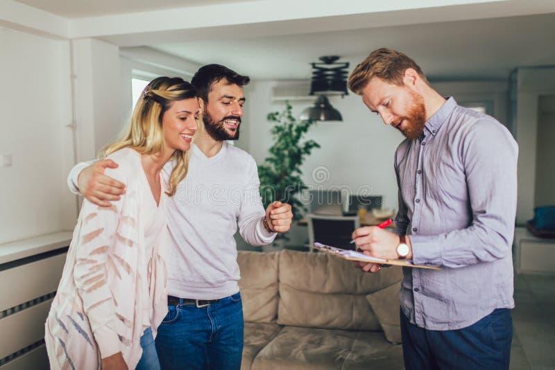 Junte los t?rminos de firma del contrato inmobiliario fotografía de archivo libre de regalías