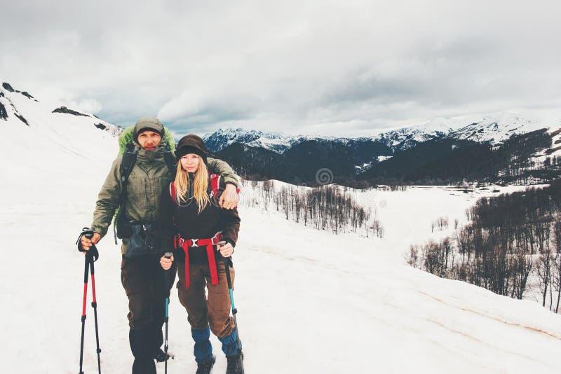 Junte a los viajeros del hombre y de la mujer que suben las montañas de niebla imagen de archivo libre de regalías
