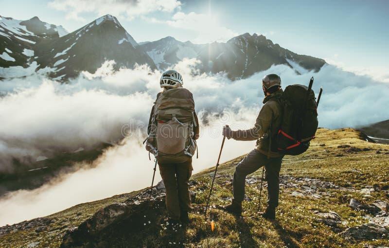 Junte a los viajeros en cumbre de la montaña junto aman y viajan forma de vida imágenes de archivo libres de regalías