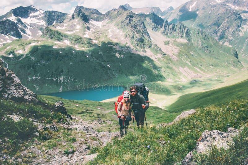 Junte a los viajeros hombre y la mujer que sube en montañas ama y viaja concepto feliz de la forma de vida de las emociones Famil fotos de archivo