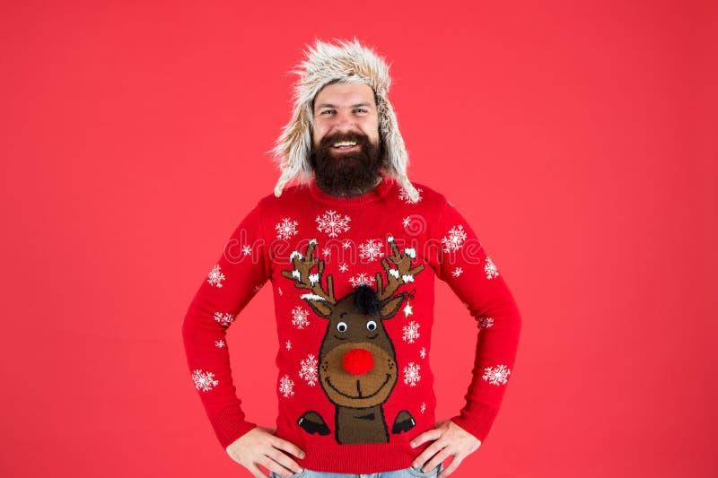 Junte-se à festa de festas e anfitrião da Festa Ugly Christmas Sweater Suéter com veado Homem barbudo de Hipster usa inverno imagem de stock royalty free