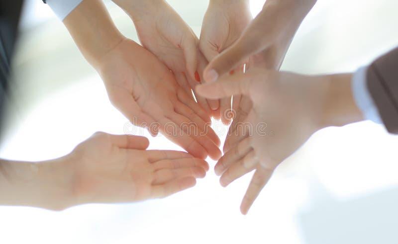 Junte-se à parceria do apoio das mãos, junto e ao conceito da confiança fotografia de stock royalty free