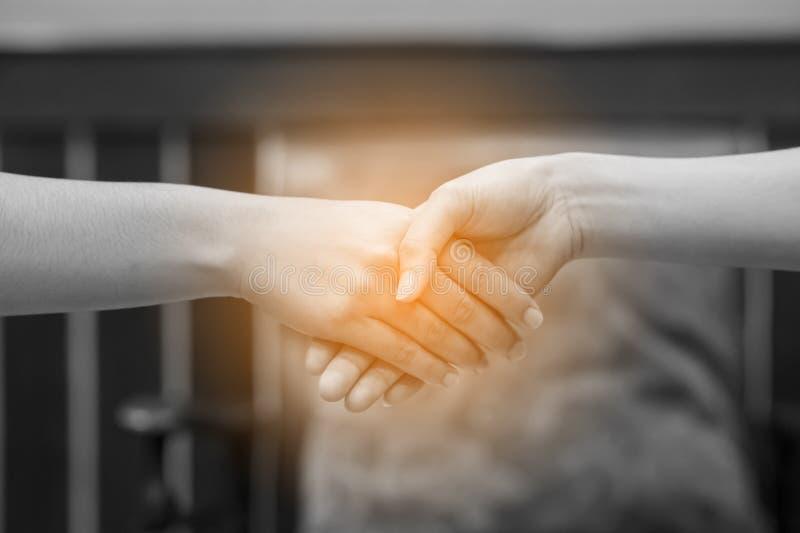 Junte-se às mãos de dois povos E o cumprimento dos amigos Commu foto de stock