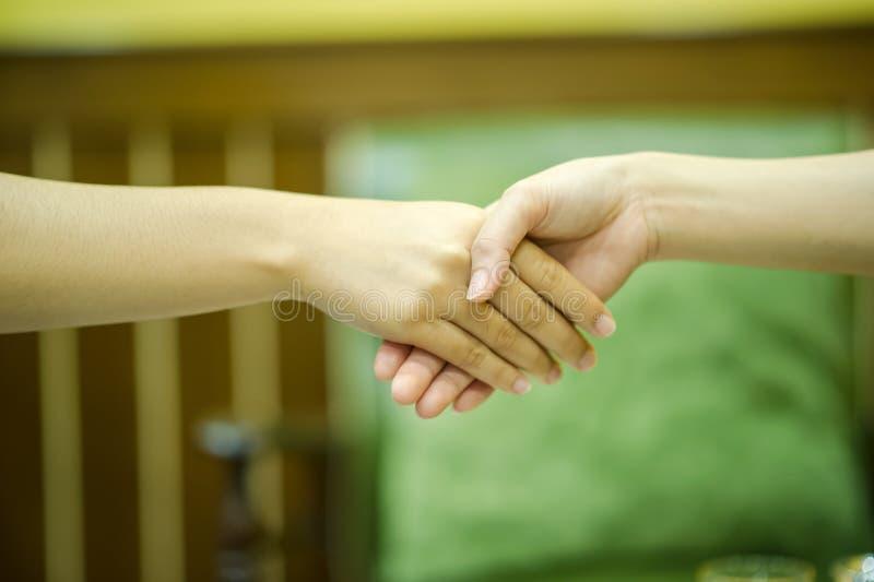 Junte-se às mãos de dois povos E o cumprimento dos amigos Commu imagens de stock